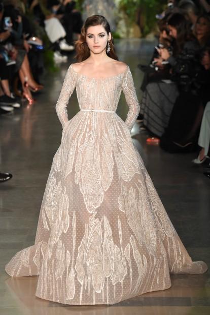 Роскошные женственные платья приглушенной цветовой гаммы представил ливанский дизайнер Эли Сааб (Elie Saab