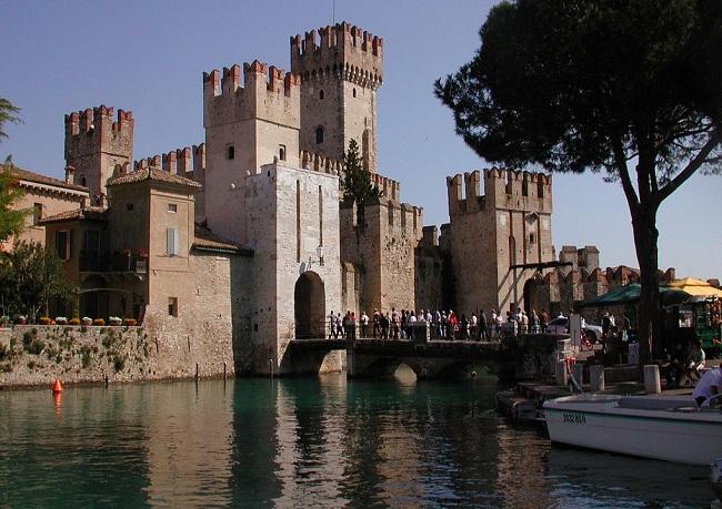 Сирмионе (Sirmione)- средневековый городок на берегу озера Гарда