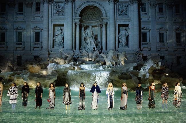 Fendi – показ у фонтана Треви в Риме в честь 90-летия модного дома